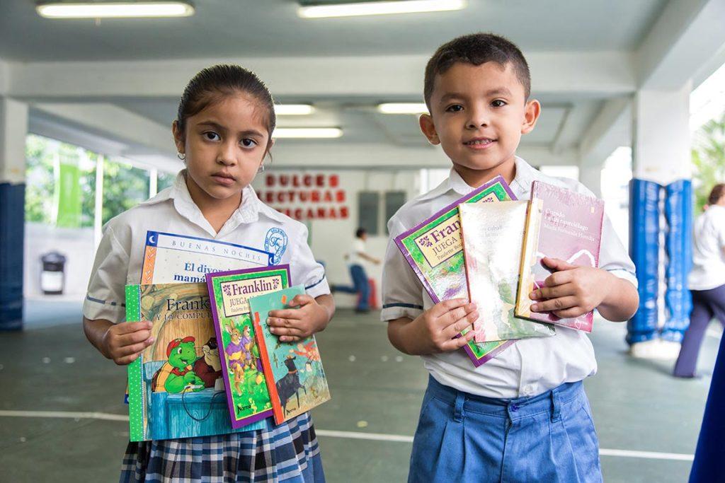 Fomentamos el hábito de la lectura con ferias de libros.